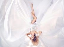 Схематический портрет платья листа prety блондинкы нося белого стоковые фотографии rf
