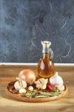 Схематический состав различных специй и масло раздражают на деревянном подносе на деревенской таблице, крупном плане, селективном Стоковая Фотография
