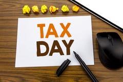 Схематический текст сочинительства руки показывая день налога Концепция дела для возмещения обложения дохода написанного на липко стоковая фотография rf