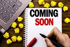 Схематический титр текста сочинительства руки приходя скоро Концепция дела на будущее сообщения написанное на компьтер-книжке таб Стоковое фото RF