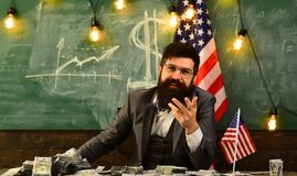 схематическое здоровье дег изображения финансов экономии Патриотизм и свобода День независимости США Бородатый человек с деньгами стоковое фото