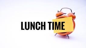 Схематическое изображение концепции дела с временем обеда слов на часах с белой предпосылкой Селективный фокус Стоковые Изображения RF