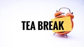 Схематическое изображение концепции дела с перерывом на чай слов на часах с белой предпосылкой Селективный фокус Стоковое фото RF