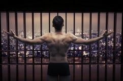 Схематическое изображение мышечного парня смотря панораму города Стоковое Фото