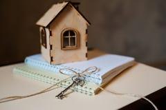 Схематическое изображение с малым деревянным домом и ключами Стоковое Изображение