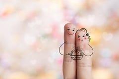 Схематическое искусство пальца пасхи Пары держат корзину с покрашенными яичками Стоковые Изображения