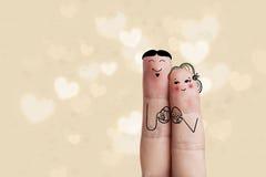 Схематическое искусство пальца пасхи Пары держат покрашенные яичка детеныши женщины штока портрета изображения Стоковая Фотография RF