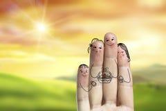 Схематическое искусство пальца пасхи Семья держит busket с покрашенными яичками Стоковое фото RF