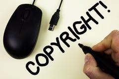 Схематическое сочинительство руки показывая авторскому праву мотивационный звонок Говорить фото дела showcasing нет к пиратству w Стоковое Фото