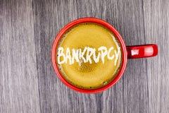 Схематическое сочинительство руки показывая банкротство Компания текста фото дела под финансовым кризисом идет банкрот с склоняя  стоковые изображения