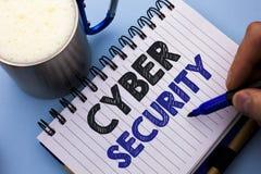 Схематическое сочинительство руки показывая безопасность кибер Предохранение текста фото дела онлайн вирусов нападений шифрует wr Стоковое Фото
