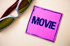 Схематическое сочинительство руки показывая кино Кино текста фото дела или видео фильма телевидения киносъемк показанное на экран стоковое фото
