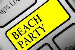 Схематическое сочинительство руки показывая партию пляжа Фото дела showcasing малый или большой фестиваль держало на берегах моря стоковое изображение