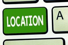 Схематическое сочинительство руки показывая положение Фото дела showcasing определенный пункт места или положения на карте местно стоковое изображение
