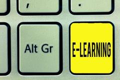 Схематическое сочинительство руки показывая учить e Уроки текста фото дела проведенные через электронные средства массовой информ стоковое фото rf