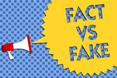 Схематическое сочинительство руки показывая факт против фальшивки Первоначально сделанные соперничество фото дела showcasing или  иллюстрация штока