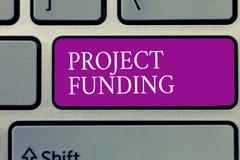 Схематическое сочинительство руки показывая финансирование проектов Текст фото дела оплачивая для начинает вверх в заказе сделать стоковые фотографии rf