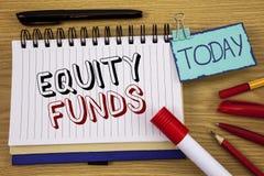 Схематическое сочинительство руки показывая фонды акций Инвесторы текста фото дела пользуются большие льготами с writte долгосроч стоковое изображение rf