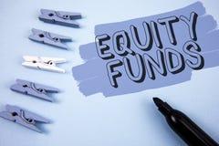 Схематическое сочинительство руки показывая фонды акций Инвесторы текста фото дела пользуются большие льготами с writte долгосроч стоковая фотография rf