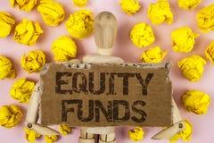 Схематическое сочинительство руки показывая фонды акций Фото дела showcasing инвесторы пользуется большие льготами с долгосрочным стоковые изображения rf