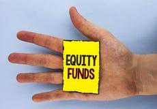 Схематическое сочинительство руки показывая фонды акций Фото дела showcasing инвесторы пользуется большие льготами с долгосрочным стоковое фото