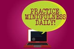 Схематическое сочинительство руки показывая Mindfulness практики ежедневно Текст фото дела культивируя осведомленность фокуса на бесплатная иллюстрация