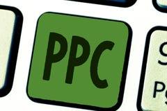 Схематическое сочинительство руки показывая Ppc Рекламодателя текста фото дела оплачивают гонорар каждый раз одно из их объявлени стоковая фотография