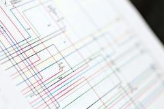 Схема проводки красочных автомобилей электрическая на бумажном листе стоковое изображение rf