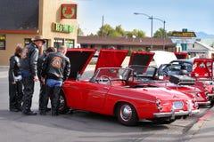 Сходство автомобилисток которые любят ретро автомобили стоковые фотографии rf