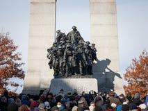 Сход толпы на национальном военном мемориале Оттавы, Онтарио, Канады, на день памяти погибших в первую и вторую мировые войны стоковое фото