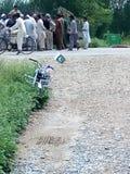 Сход людей должных к дорожному происшествию Стоковая Фотография RF
