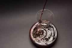 Сцеживать красное вино Стоковые Фото