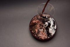 Сцеживать красное вино Стоковые Изображения RF