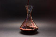 Сцеживать красное вино Стоковые Изображения