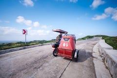 Сценарная дорога на Vayang Rolling Hills, Batanes, Филиппинах Стоковые Изображения RF