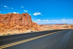 Сценарная дорога с уникально горными породами, США Стоковая Фотография