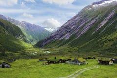 Сценарная извилистая дорога в Норвегии Зеленая долина лета около Stryn, n Стоковое Фото