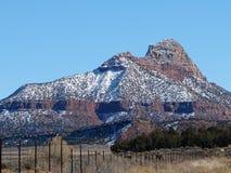 Сценарная линия загородки гора стоковое изображение rf