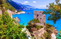 сценарная конематка al Monterosso, взгляд с средневековым замком и море стоковые изображения
