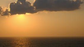 Сценарная оранжевая предпосылка неба захода солнца, сценарный оранжевый восход солнца, ослабляя seascape с широким небом горизонт видеоматериал