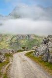 Сценарная дорога и красивые горы в Норвегии стоковые изображения rf