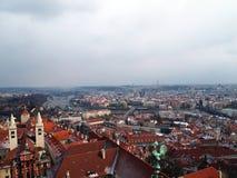 Сценарная панорама лета старой архитектуры городка с рекой Влтавы и собором StVitus в Праге, чехии Стоковые Фотографии RF