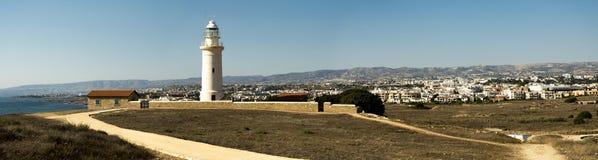 Сценарная панорама маяка, города, гор и Средиземного моря Paphos Стоковая Фотография