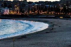 Сценарная панорама океана и города пляжа освещает на сумраке, пляже Coogee, Сиднее, Австралии стоковая фотография