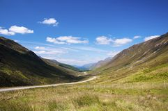 Сценарная проселочная дорога замотки вдоль долины в северо-западе Шотландии, Великобритании Стоковые Фотографии RF
