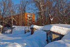 Сценарное изображение дерева спрусов Морозный день, спокойная зимняя сцена лыжа курорта Исследуйте красоту земли Деревенский дом  стоковая фотография rf