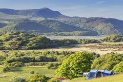 Сценарное место для лагеря в северном Уэльсе на ярком солнечном дне стоковые фотографии rf