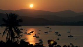 Сценарное море взгляда плавать на автостоянке во время золотого захода солнца в небе вечера сток-видео