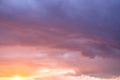 Сценарное небо захода солнца, драматическое небо облака, красочные облака Стоковое фото RF