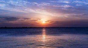 Сценарное небо захода солнца над морем Интенсивные цвета landscape сумерк стоковое изображение rf